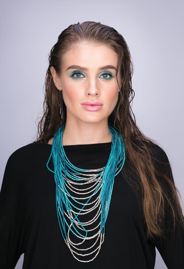 Vertikales Schönheitsporträt der jungen Schönheit mit dem nassen Haar stockfotos