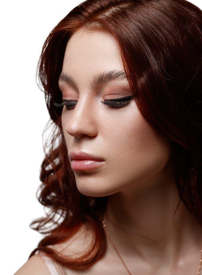 Vertikales Schönheitsporträt eines schönen jungen Mädchens, das weg schaut Getrennt auf weißem Hintergrund lizenzfreies stockbild