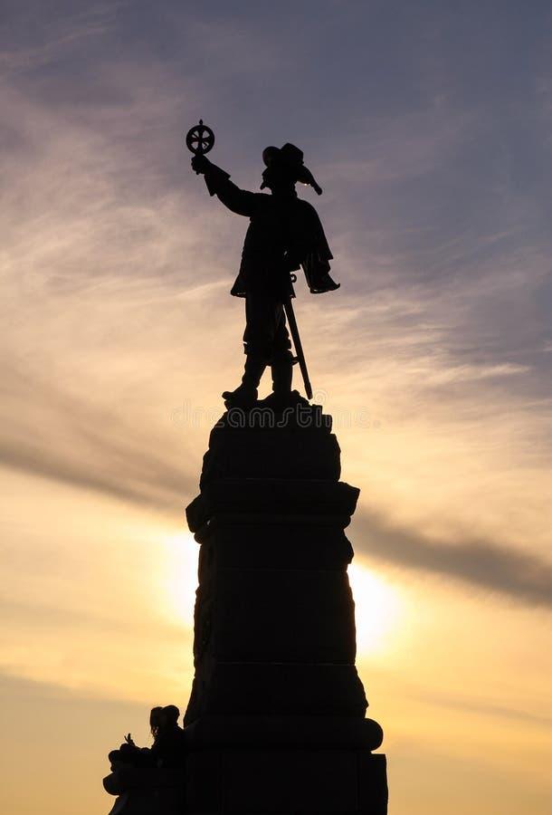 Vertikales Schattenbild von Samuel de Champlain u. von x27; s-Statue an Nepean-Punkt stockfotos
