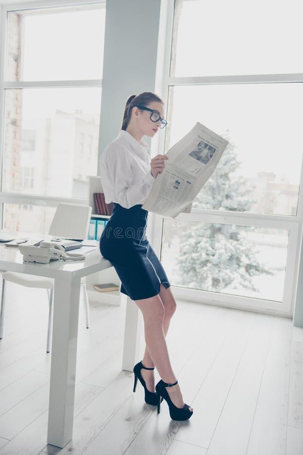 Vertikales Seitenprofilkörpergrößenfoto in voller Länge sie frischer Presseleser der Geschäftsdame Eyewearbrillen-Handarme lizenzfreie stockbilder