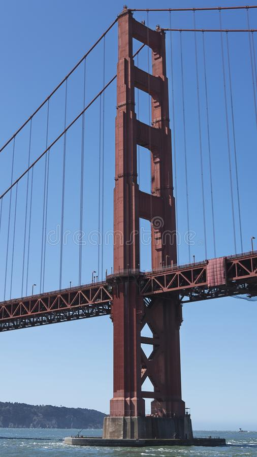 Vertikalt avsnitt av upphängningen och sikten av det södra tornet från fartyget, av den iconic Golden gate bridge, San Francisco, royaltyfri bild