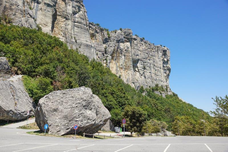 Vertikalt berg Vagga klättringen de branta klipporna av bergen fotografering för bildbyråer