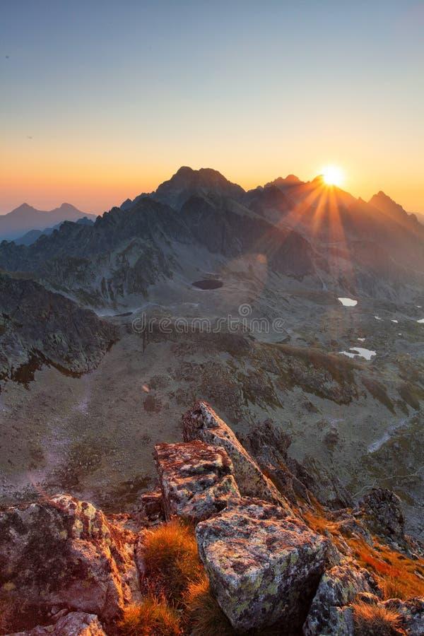 Vertikalt foto i landskap för stenigt berg arkivfoto