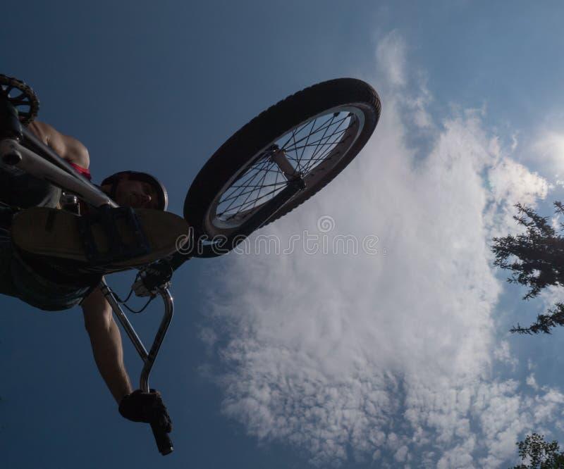 Vertikalt hopp för BMX arkivbild
