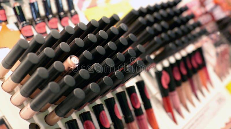 Vertoning in de kosmetische winkel met heel wat kosmetische steekproeven voor royalty-vrije stock afbeelding