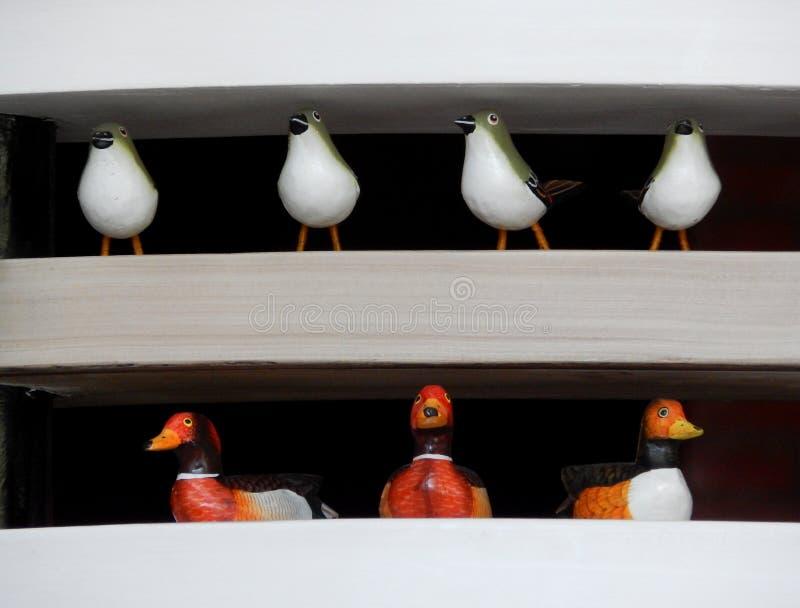 Vertoning van decoratie van vogels en eenden op het rek royalty-vrije stock foto