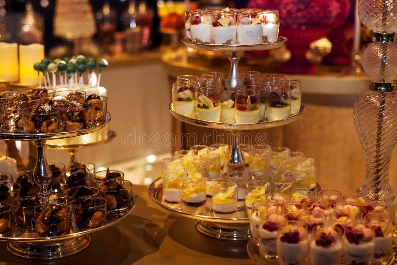 Vertoning van Desserts bij een Buffet stock afbeelding