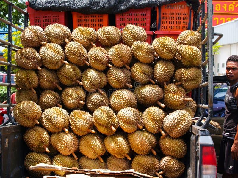 Vertoning van durian fruit op aanhangwagen met verkoper Bangkok, Thailand stock afbeeldingen