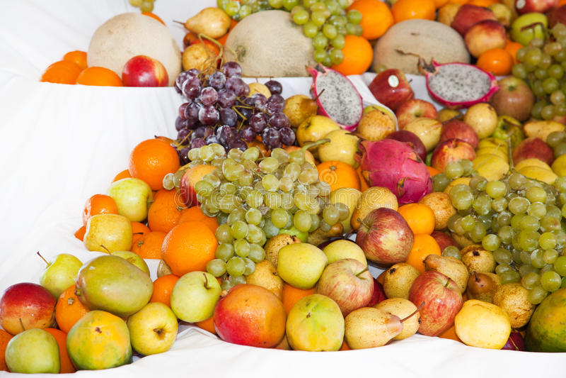 Vertoning van geassorteerd kleurrijk rijp tropisch fruit stock foto