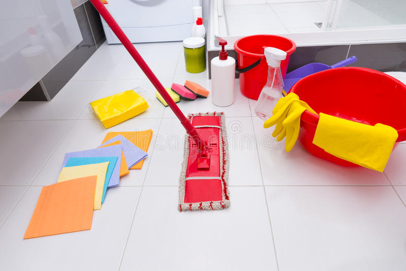 Vertoning van geassorteerde schoonmakende producten op de vloer stock afbeelding