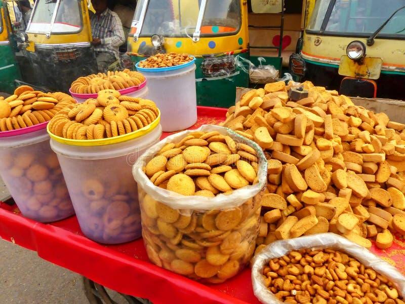 Vertoning van koekjes bij Kinari-Bazaar in Agra, Uttar Pradesh, Indi stock afbeeldingen