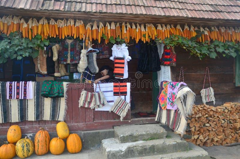 Vertoning van traditionele Roemeense textiel in a in een dorp in Maramures royalty-vrije stock foto