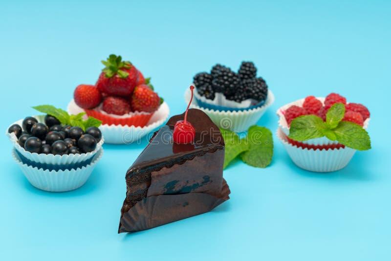 Vertoning van verse bessentaartjes met chocoladecake royalty-vrije stock foto's