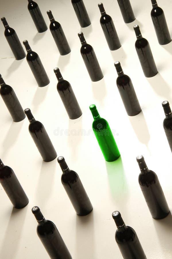 Vertoning van wijnflessen stock afbeelding
