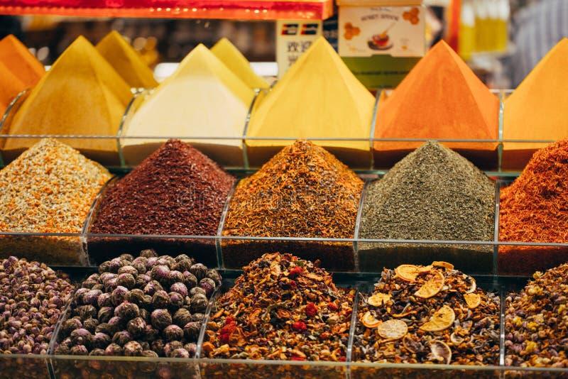 Vertoningen van producten op aanbieding in de wereldberoemde Kruidmarkt in Istanboel Turkije stock fotografie