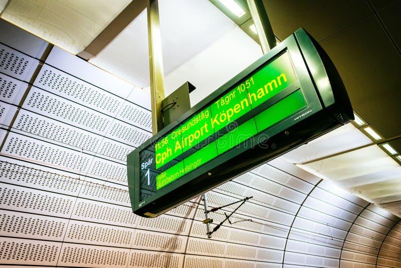 Vertoningsbericht op een trein aan Kopenhagen bij de metro post in Malmo, Zweden stock afbeelding
