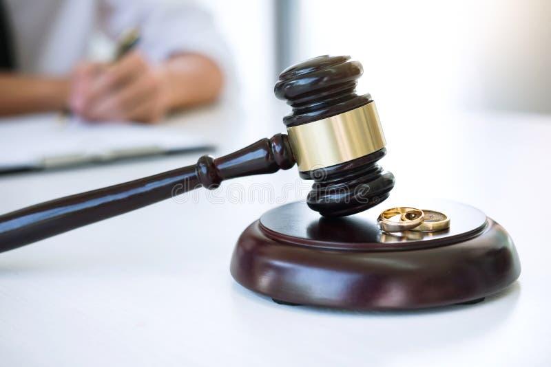 Vertrag der Scheidungsaufl?sung oder der Annullierung der Heirat, Ehemann w?hrend des Scheidungsprozesses und Unterzeichnen des S lizenzfreies stockfoto