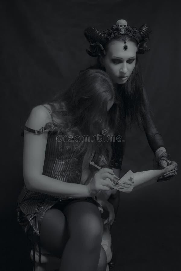 Vertrag mit der gehörnten Dame stockfoto
