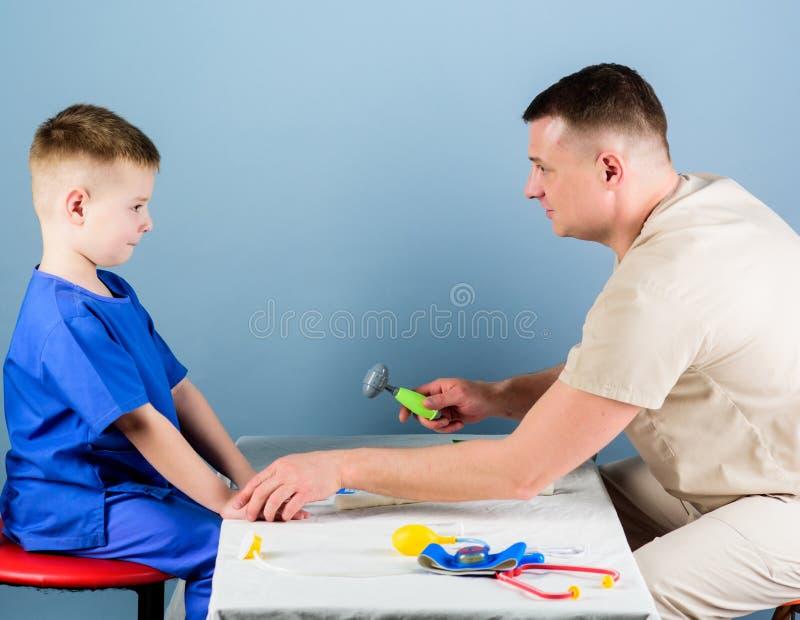 Vertragingen en wapens Kinderverzorging De zorgvuldige gezondheid van de pediatercontrole van jong geitje Algemeen medisch onderz royalty-vrije stock foto