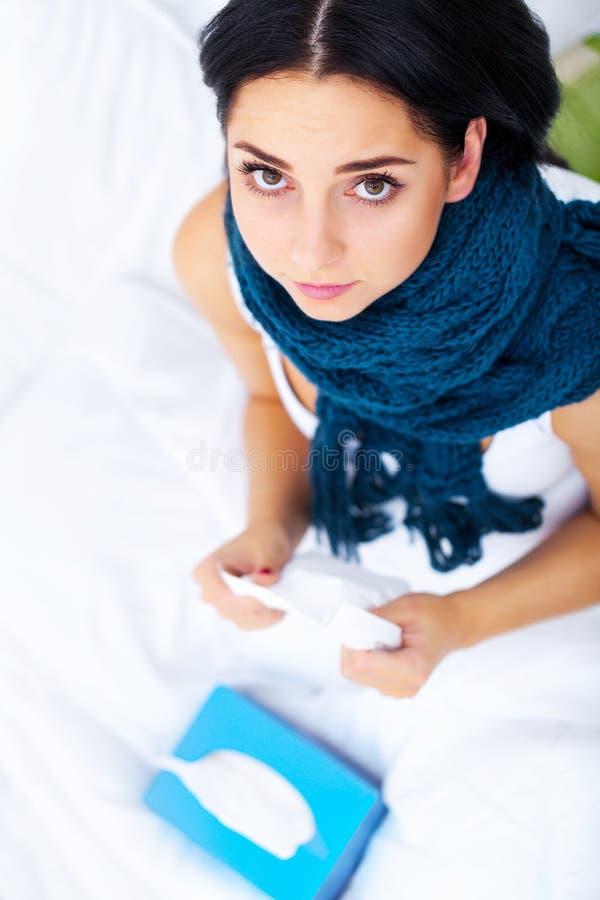 Vertragingen en wapens Pijnlijke close-up van Mooie Zieke Vrouw met Hoofdpijn, stock foto's