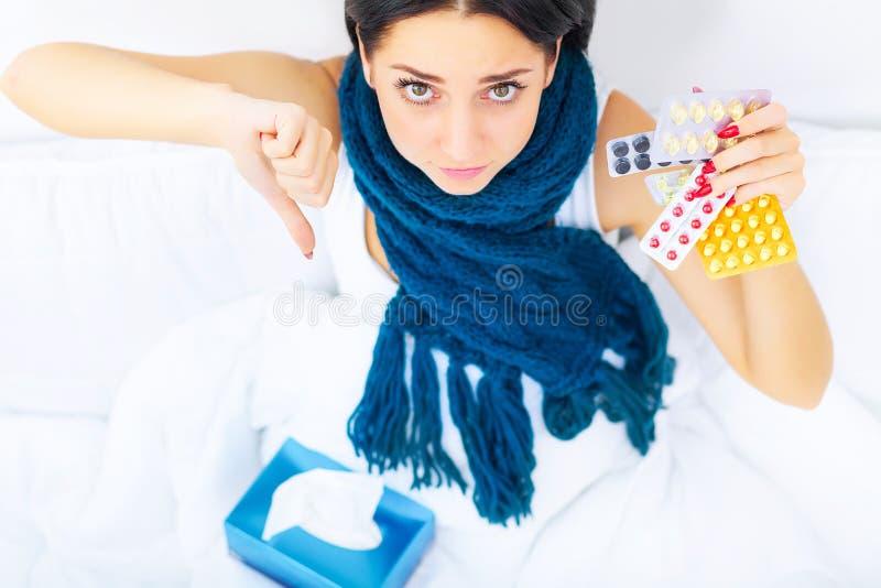 Vertragingen en wapens Pijnlijke close-up van Mooie Zieke Vrouw met Hoofdpijn, stock fotografie