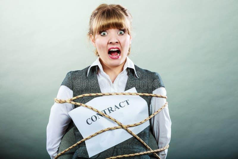 Vertraglich gebundene Ausdrücke der ängstlichgeschäftsfrau lizenzfreie stockfotografie