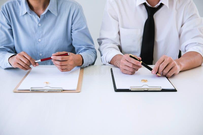 Vertragsscheidungsurteilauflösung oder Annullierung der Heirat, des Ehemanns und der Frau während des Scheidungsprozesses und Unt stockfoto