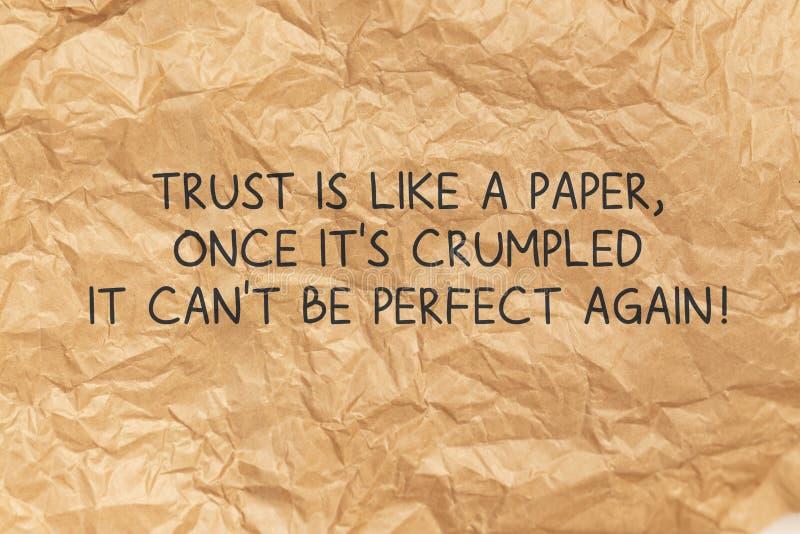 Vertrauen ist wie ein Papier, sobald sein geworfenes Zitat über den Hintergrund des zerbrochenen braunen Papiers stockbilder