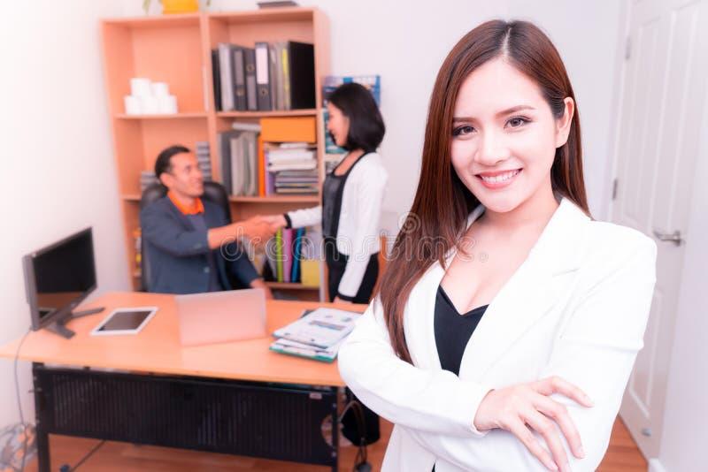 Vertrauens-asiatische Geschäftsfrau im Weiß lizenzfreie stockfotos