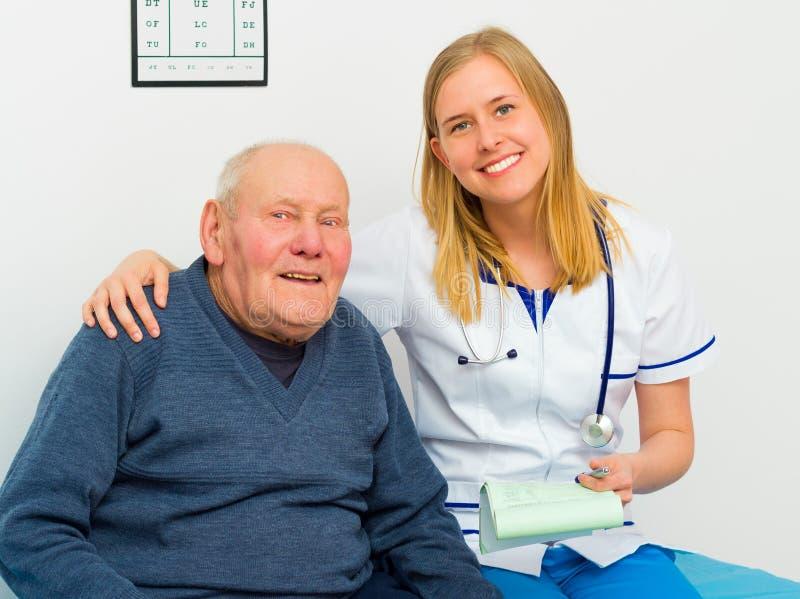 Vertrauensvoller junger Doktor And Smiling Patient stockbild