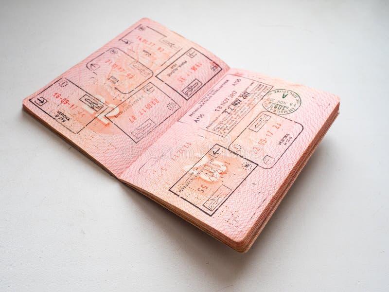 Vertrek en aankomstimmigratiezegels in Russisch die paspoort bij de grensovergang wordt gestempeld royalty-vrije stock fotografie