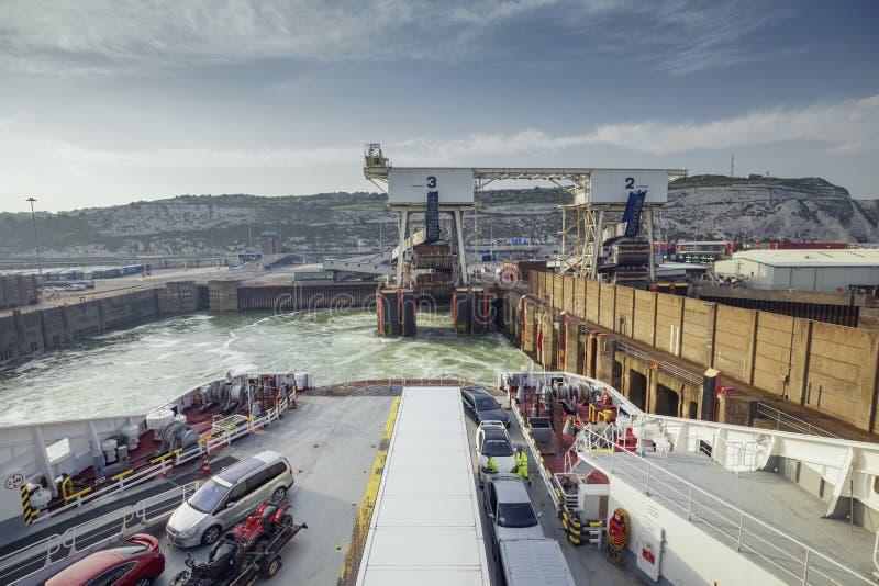 Vertrek van de kruising van Veerboot in Dover Port royalty-vrije stock afbeelding