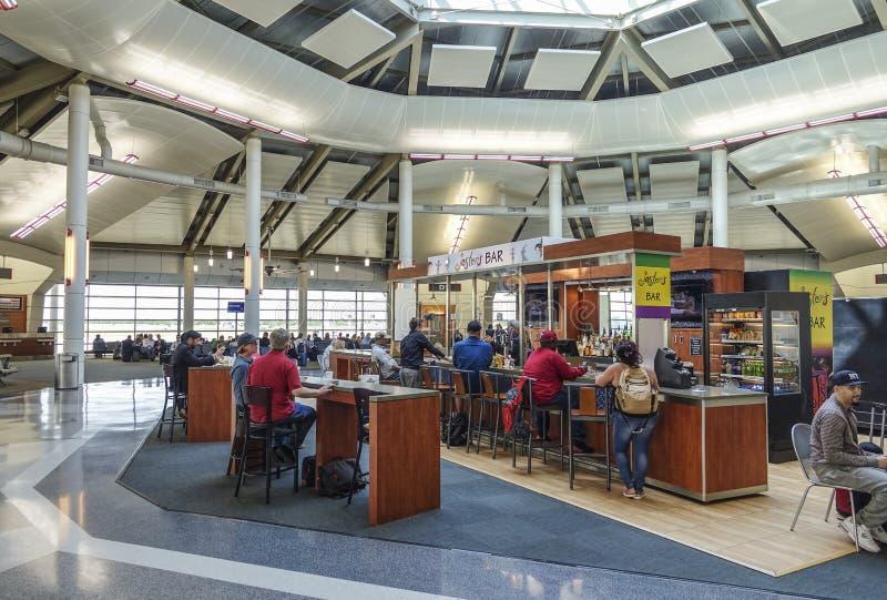 Vertrekpoorten bij Louis Armstrong New Orleans International-Luchthaven - NEW ORLEANS, LOUISIANE - APRIL 18, 2016 royalty-vrije stock afbeeldingen