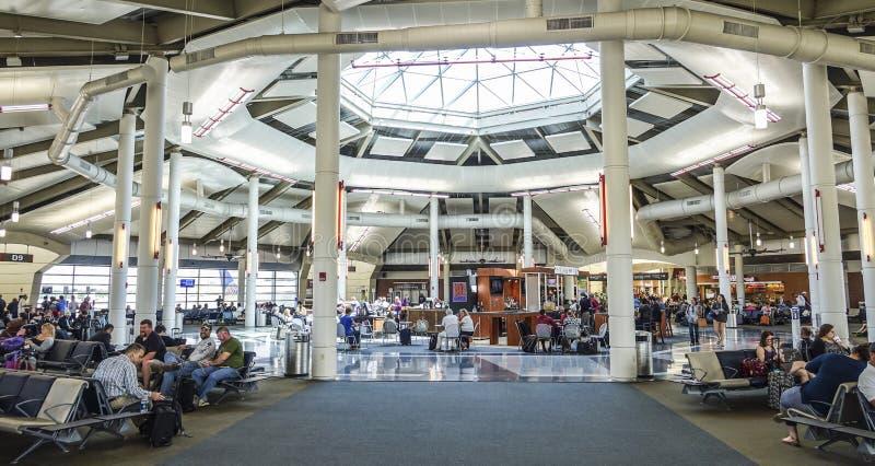 Vertrekpoorten bij Louis Armstrong New Orleans International-Luchthaven - NEW ORLEANS, LOUISIANE - APRIL 18, 2016 royalty-vrije stock foto's
