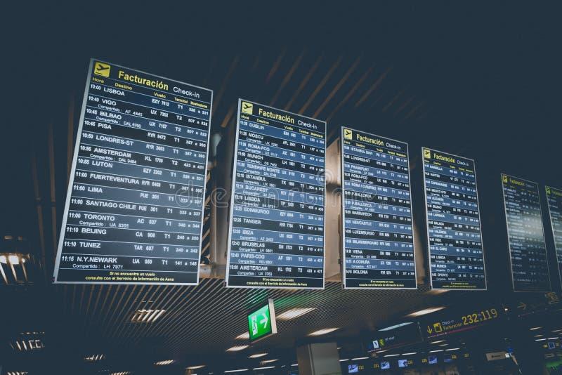 Vertrekprogramma in de Luchthaven van Madrid Barajas stock afbeelding