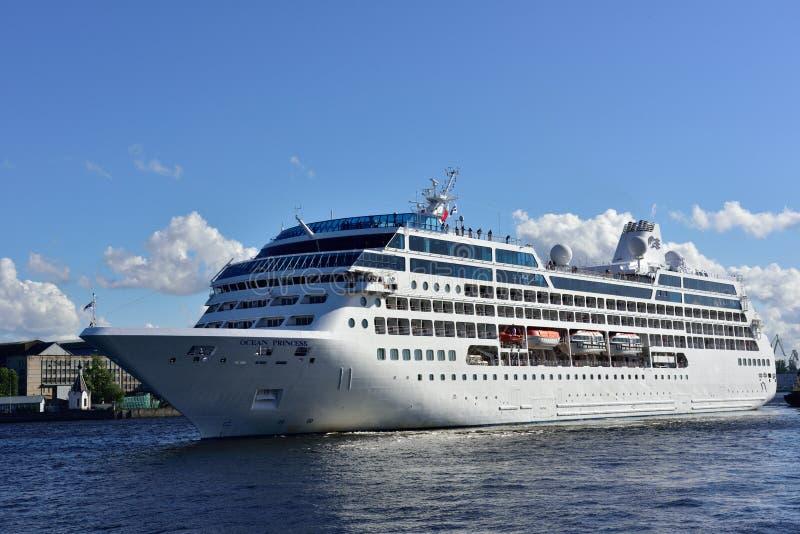 Vertrekt de Oceaanprinses van de cruisevoering van St. Petersburg, Rusland royalty-vrije stock foto