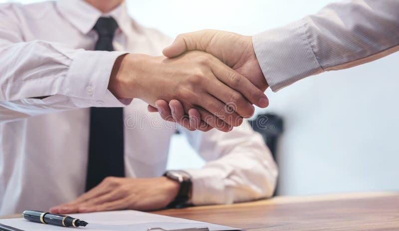 Vertreter und Kunde des Immobilienmaklers, die Hände nach signin rütteln stockbilder