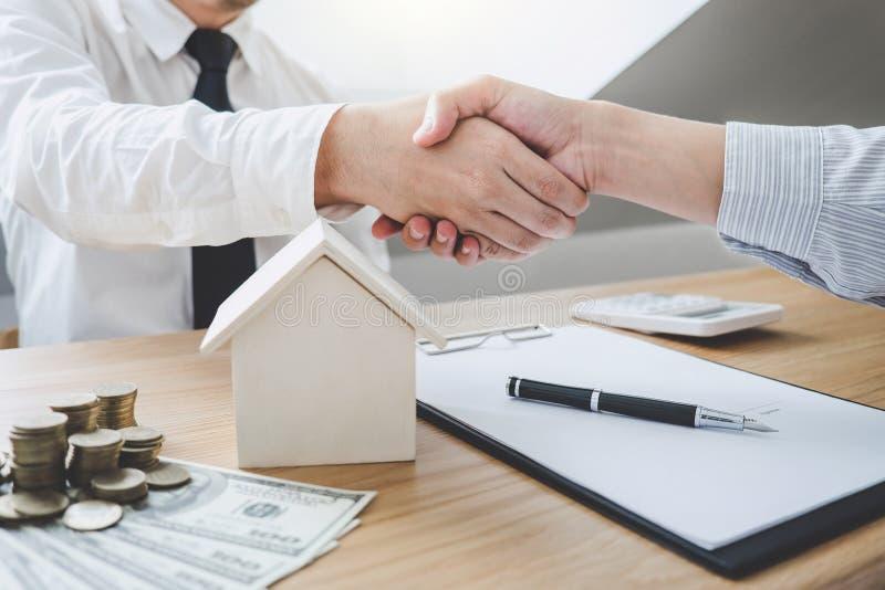 Vertreter und Kunde des Immobilienmaklers, die Hände nach signin rütteln stockbild