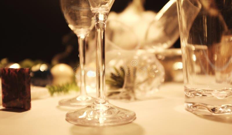 Vertroebel Vele lege glazen op de lijst met stillevenpatroon op een lijst tegen restaurantachtergrond stock foto's