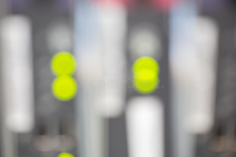 Vertroebelde de server voorkant die kleurrijke schakelaars tonen en Samenvatting telegraferen beeld voor gebruik als achtergrond royalty-vrije stock foto