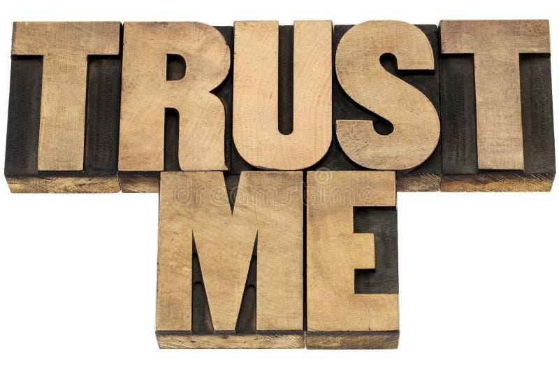 Vertrouw op me in houten type stock afbeeldingen