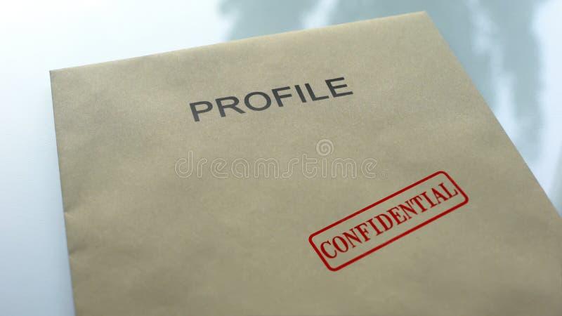 Vertrouwelijk profiel, verbinding op omslag met belangrijke documenten dat, dichte omhooggaand wordt gestempeld stock fotografie