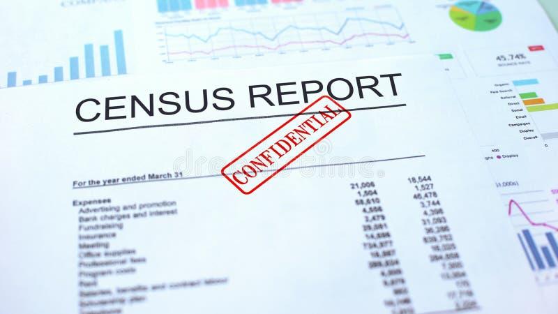 Vertrouwelijk tellingsrapport, hand het stempelen verbinding over officieel document, statistieken stock afbeeldingen