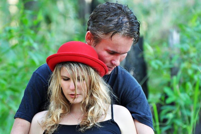 Vertrouwelijke van de portret jonge man & vrouw holding dicht elkaar royalty-vrije stock afbeelding