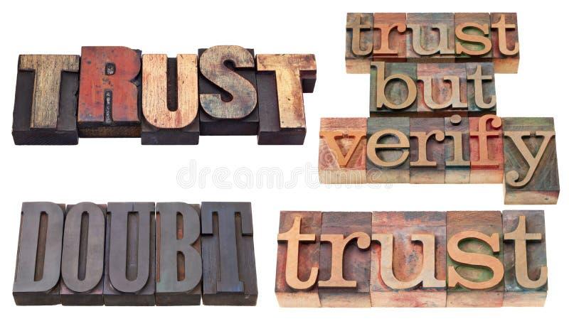 Vertrouwen en twijfel in letterzetseltype stock foto's