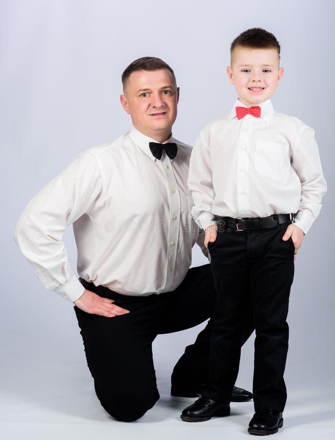 vertrouwen en waarden patricische mannelijke manier Gelukkig kind met vader commerci?le vergaderingspartij vader en zoon in forme royalty-vrije stock foto's