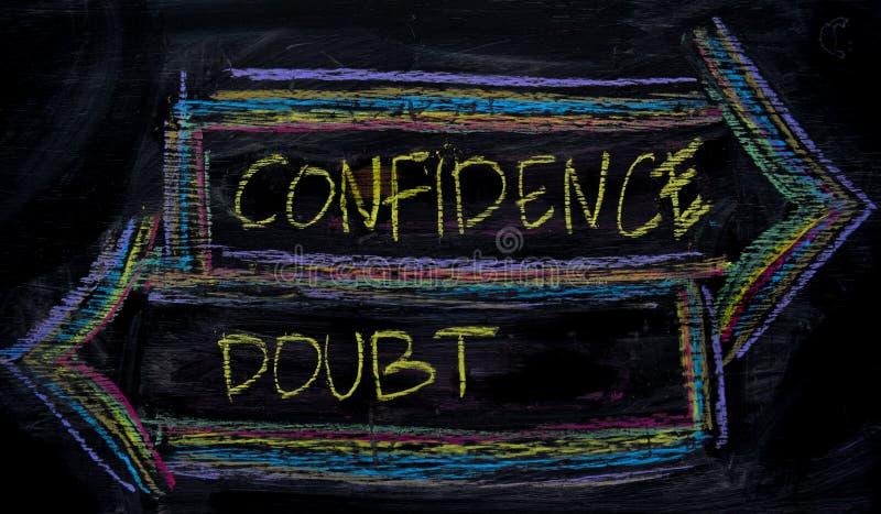 Vertrouwen of Twijfel met het concept van het kleurenkrijt op het bord wordt geschreven dat stock foto