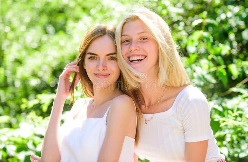 Vertrouwende vriendenmededeling De onbezorgde de jeugdvrienden hangen uit in openlucht zusterschapconcept Vriendschapsvergadering royalty-vrije stock foto