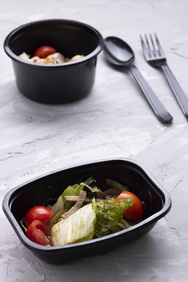 Verts micro, cosse verte, feuilles de salade et chou avec du pain de grain, salade de vegan photographie stock libre de droits