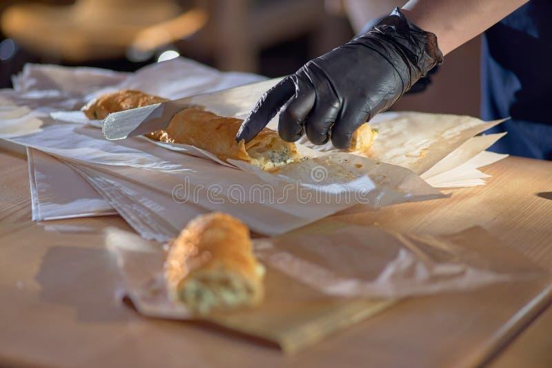 Vertuta ou placinta com o requeij?o e o queijo, servidos com creme de leite Bolo tradicional moldavo, torta romeno ou de Balc?s o foto de stock